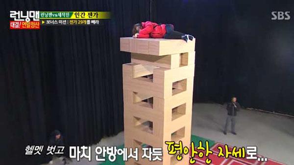 ซงจีฮโยสร้างความประหลาดใจด้วยการงีบหลับบนเกม Jenga Tower ที่สูงถึง 7 เมตร!!