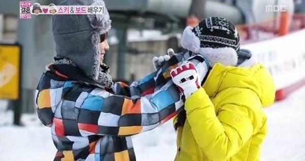 แทมินมอบความอบอุ่นให้กับนาอึนได้ด้วยการกอดเธอบนลานสกีในรายการ We Got Married!!