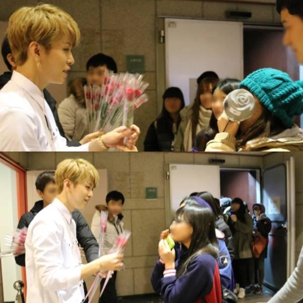 จุนฮยองมอบดอกกุหลาบ 200 ดอกให้กับแฟนๆที่มาเชียร์เขาในรายการ Inkigayo ด้วยตัวเอง!!