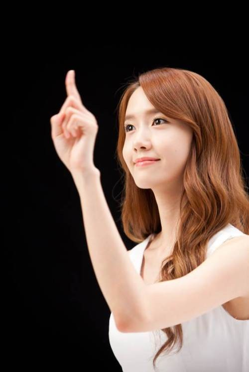 YoonA_1386553443_20131208_yoona_contacts2