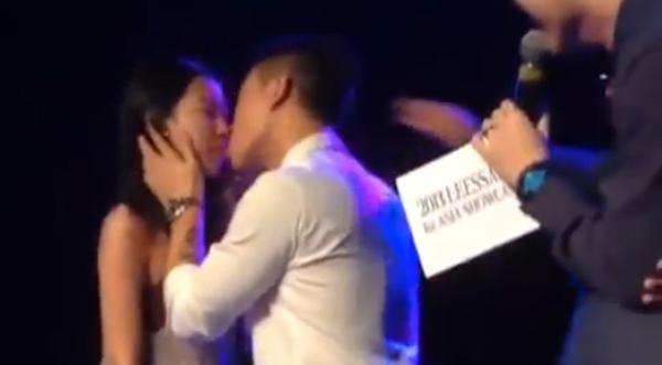 แกรี่จูบแฟนคลับสาวขณะเล่นเกมเปเปโระในงานโชว์เคสที่สิงคโปร์