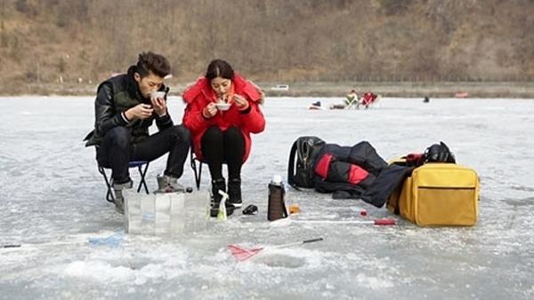 """อูยองและพัคเซยองไปเดทตกปลาบนน้ำแข็งด้วยกันในรายการ """"We Got Married"""""""