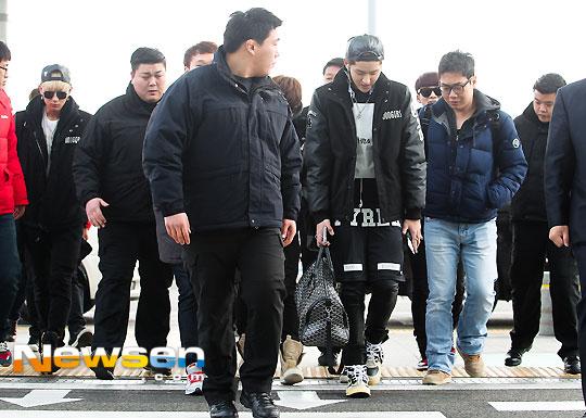 ภาพแฟชั่นสนามบินของ EXO-M ขณะเดินทางไปโปรโมทในประเทศจีน