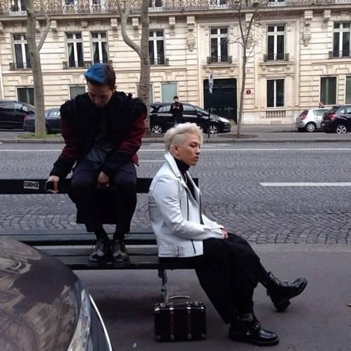 G-Dragon และแทยัง BIGBANG โชว์แฟชั่นของพวกเขาบนถนนในกรุงปารีส