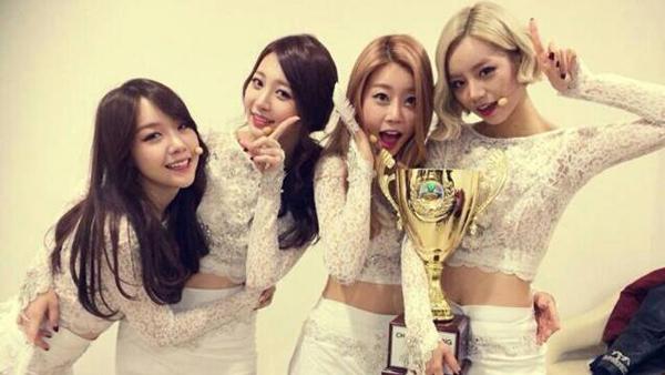 "Girl's Day ชนะในรายการ ""Show Champion"" ในสัปดาห์นี้ด้วยเพลง ""Something""!!"