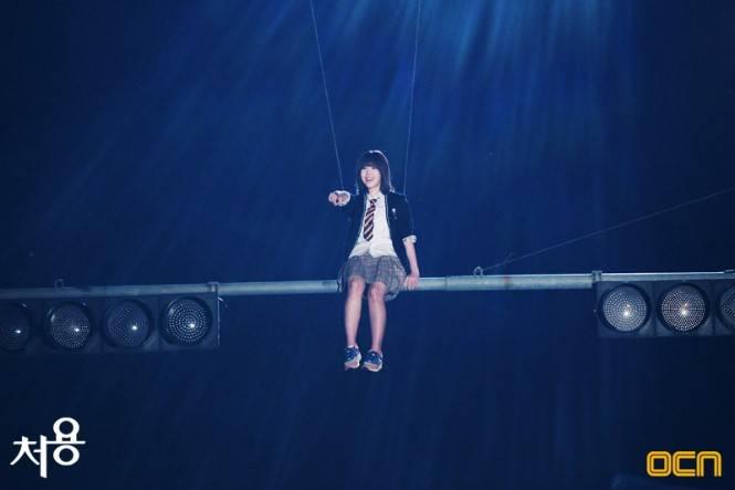 """โอ้โห!!ฮโยซองขึ้นไปนั่งบนคานสัญญาณไฟจราจรในละคร """"Ghost-Seeing Detective"""""""