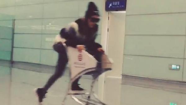 เจีย miss A ขอโทษสำหรับวิดีโอใน Instagram ที่เธอขี่รถเข็นเล่นในสนามบิน