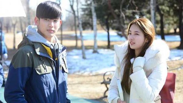 ภาพและวิดีโอเพิ่มเติมของซูจีและคิมซูฮยอนจากการถ่ายทำละคร 'You Who Came From the Stars'