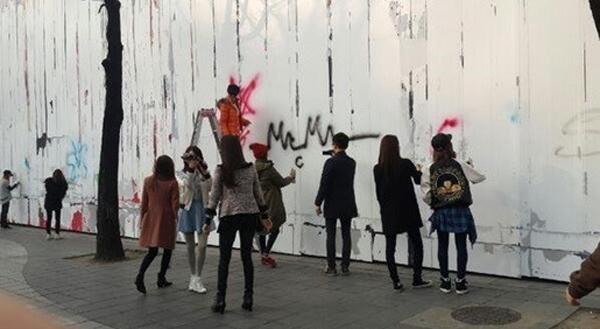 Girls' Generation โปรโมทอัลบั้ม 'Mr.Mr' ด้วยการพ่นสเปรย์วาดภาพบนผนังตึก SM
