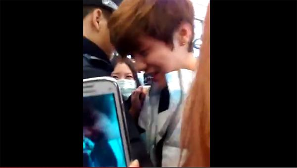 ลู่หาน EXO ผู้ขี้อายถูกแฟนๆรุมล้อมถ่ายรูปอย่างไม่เกรงใจที่สนามบินปักกิ่ง!!