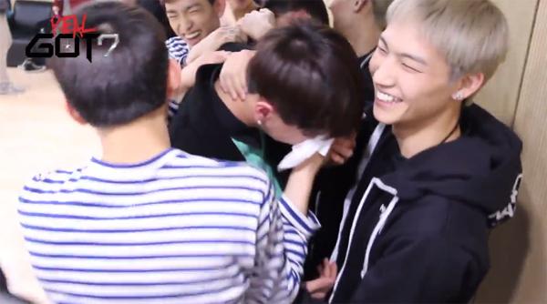 """สมาชิก GOT7 เล่นซ่อนกล้องแกล้งยูคยอมจนร้องไห้ในตอนที่ 5 ของ """"Real GOT7""""!!"""