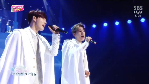 """ซูโฮ และแบคฮยอน EXO โชว์เพลง """"Magic Castle"""" ในฐานะ MC คนใหม่ของรายการ Inkigayo"""