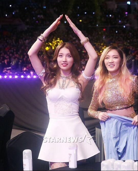 ซูจีแสดงความเป็นมืออาชีพของเธอบนเวทีแม้ว่าจะมีปัญหาเรื่องเครื่องแต่งกายในงาน Gaon Chart KPop Awards
