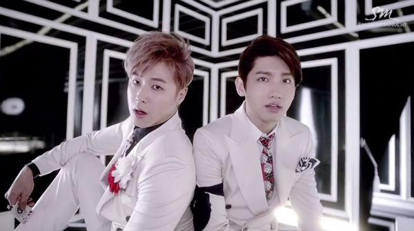 "TVXQ โชว์มายากลของพวกเขาใน MV ""Spellbound"""