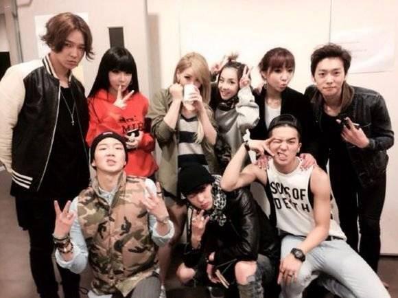 2NE1 ถ่ายภาพกลุ่มกับน้องใหม่ร่วมค่าย YG Entertainment อย่างหนุ่มๆ WINNER