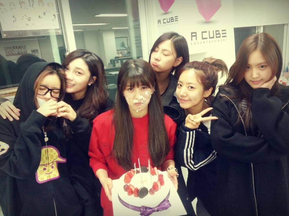 โชรงใช้เวลาแห่งความสุขในวันเกิดของเธอกับสมาชิก A Pink และกล่าวขอบคุณแฟนๆ