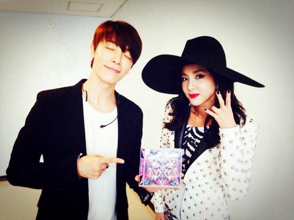 ทงเฮ SJ และซานดารา 2NE1 ถ่ายภาพคู่กันโชว์มิตรภาพอันแน่นแฟ้นของพวกเขา