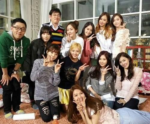 """Girls' Generation ถ่ายรูปหมู่กับพิธีกรในรายการ """"Healing Camp"""" และเผยตัวอย่าง"""