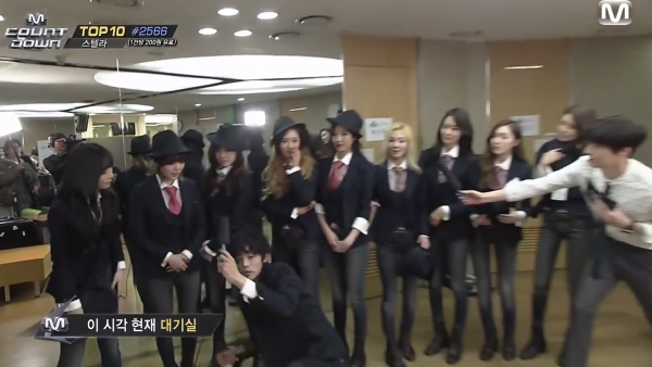 Jung Joon Young-Jung Yu mi-SNSD-Kneeling-2