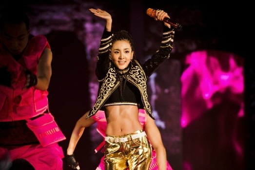 """ซานดารา 2NE1 โชว์กล้ามหน้าท้องสุดเฟิร์มของเธอที่ด้านหลังเวทีคอนเสิร์ต """"AON"""""""