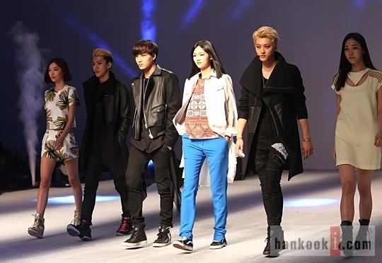 """ว้าว!!EXO เดินบนรันเวย์และแสดงในพิธีเปิด """"Fashion Week"""""""