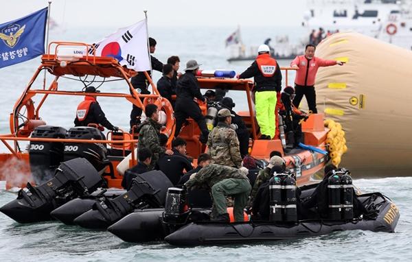 นายทหารเรือเสียชีวิตแล้วหลังจากได้รับบาดเจ็บขณะทำภารกิจกู้ภัยเรือเซวอล